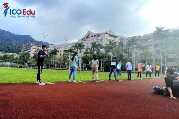 Du học sinh Đài Loan ICOEdu tham gia môn đánh Golf.